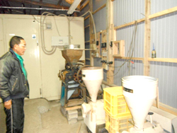 大豆を粉にする機械。
